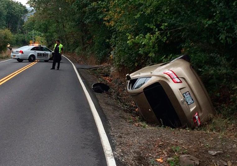 Carro sofreu perda total, mas motorista não se machucou. (Foto: Multnomah County Sheriff's Office via AP)