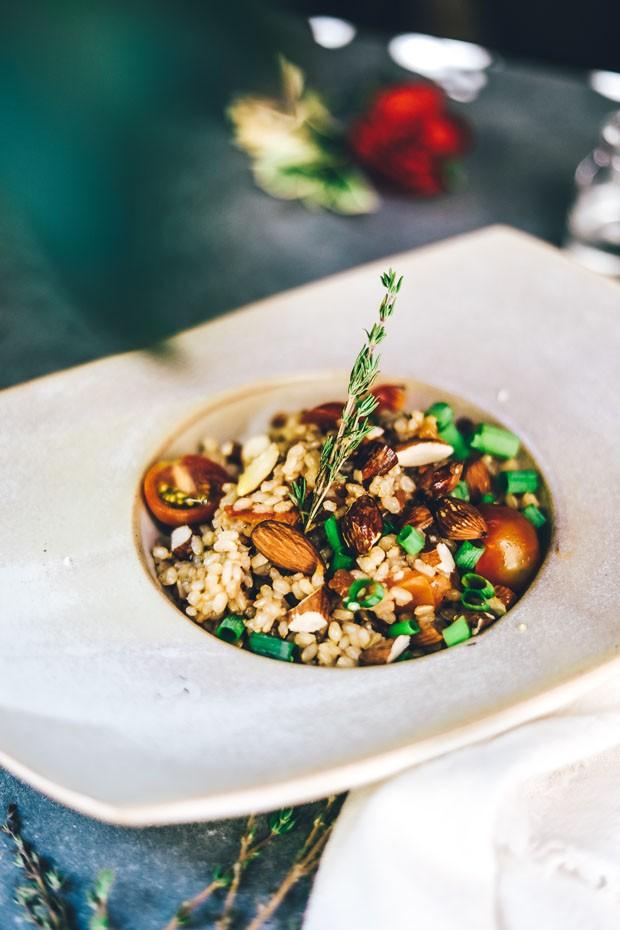 Surpreenda no arroz: receita leva tomate cereja e amêndoas defumadas (Foto: Simplesmente)
