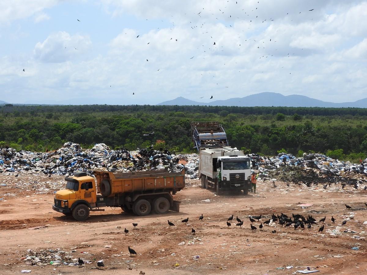 Juiz federal faz inspeção no lixão de Boa Vista; barracos usados por catadores são destruídos