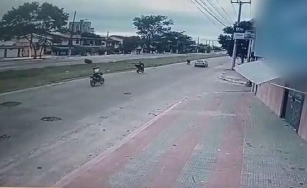 Vídeo mostra acidente causado por buraco em rodovia de Vila Velha — Foto: Reprodução/TV Gazeta