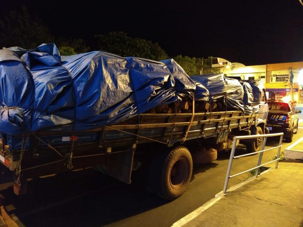 Caminhão com a madeira irregular foi encaminhado para o Plantão da Polícia Civil em Caxias — Foto: Divulgação/Polícia Rodoviária Federal