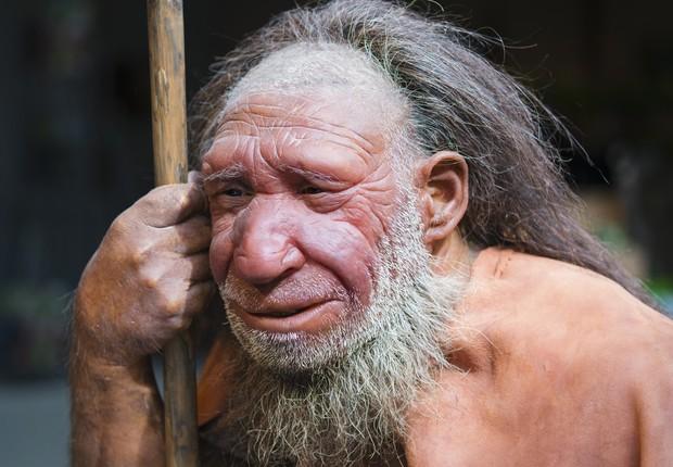 Reprodução exposta na Holanda de como acredita-se terem sido os Neandertais, ancestrais humanos extintos há dezenas de milhares de anos (Foto: Getty Images)
