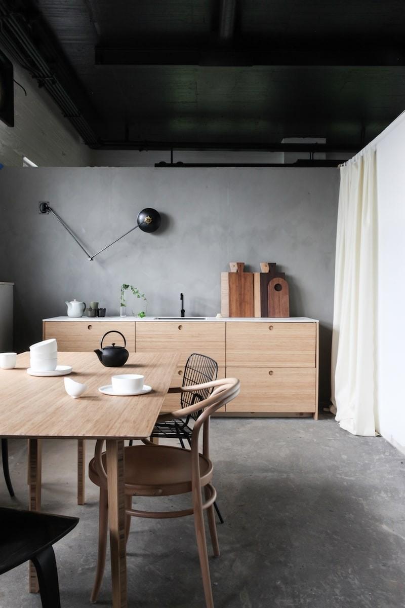 Décor do dia: cozinha minimalista tem teto preto e marcenaria de bambu (Foto: Ask Og Eng/Divulgação)