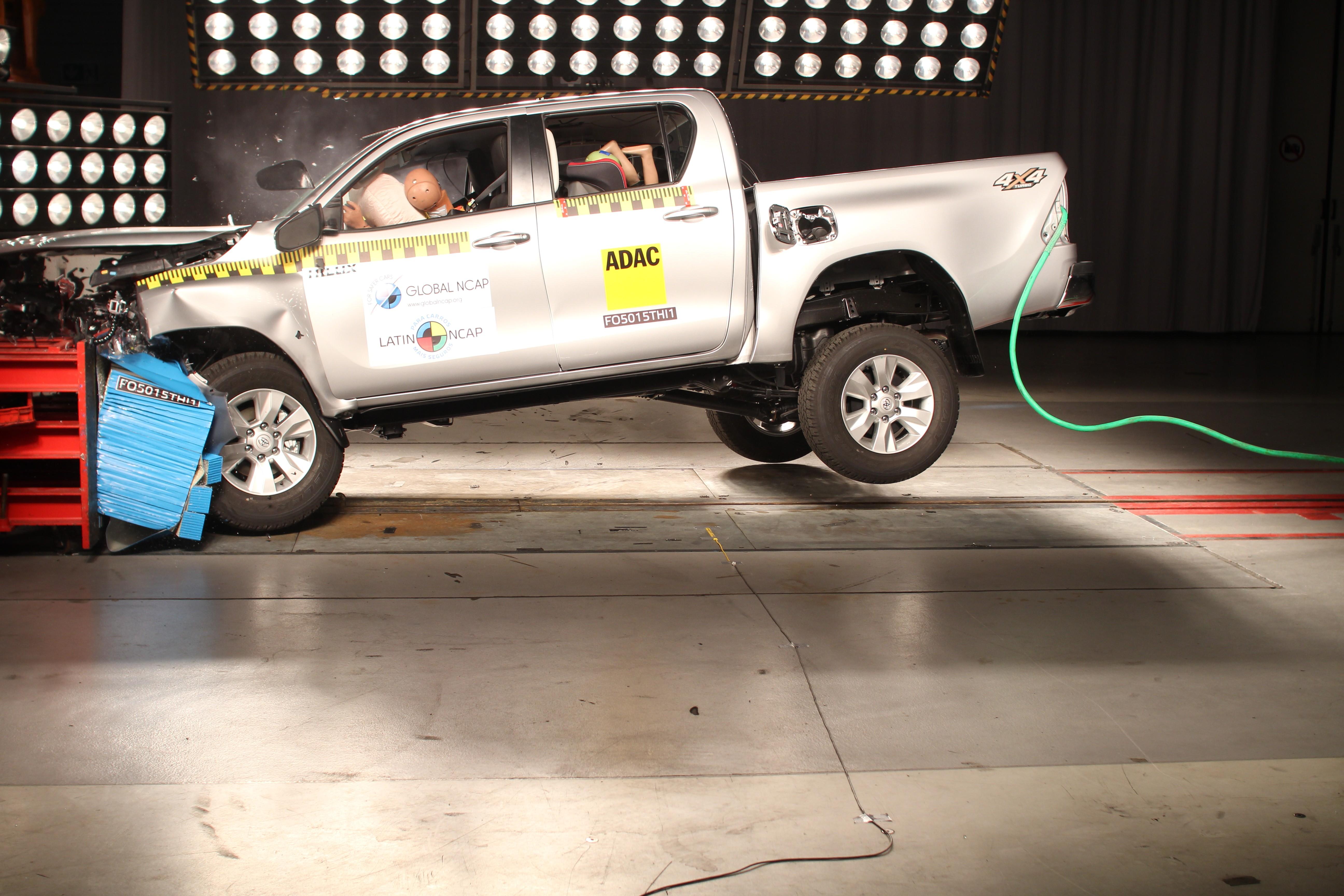 Toyota Hilux leva 5 estrelas em teste de colisão do Latin NCap; Nissan Frontier fica com 4 - Notícias - Plantão Diário