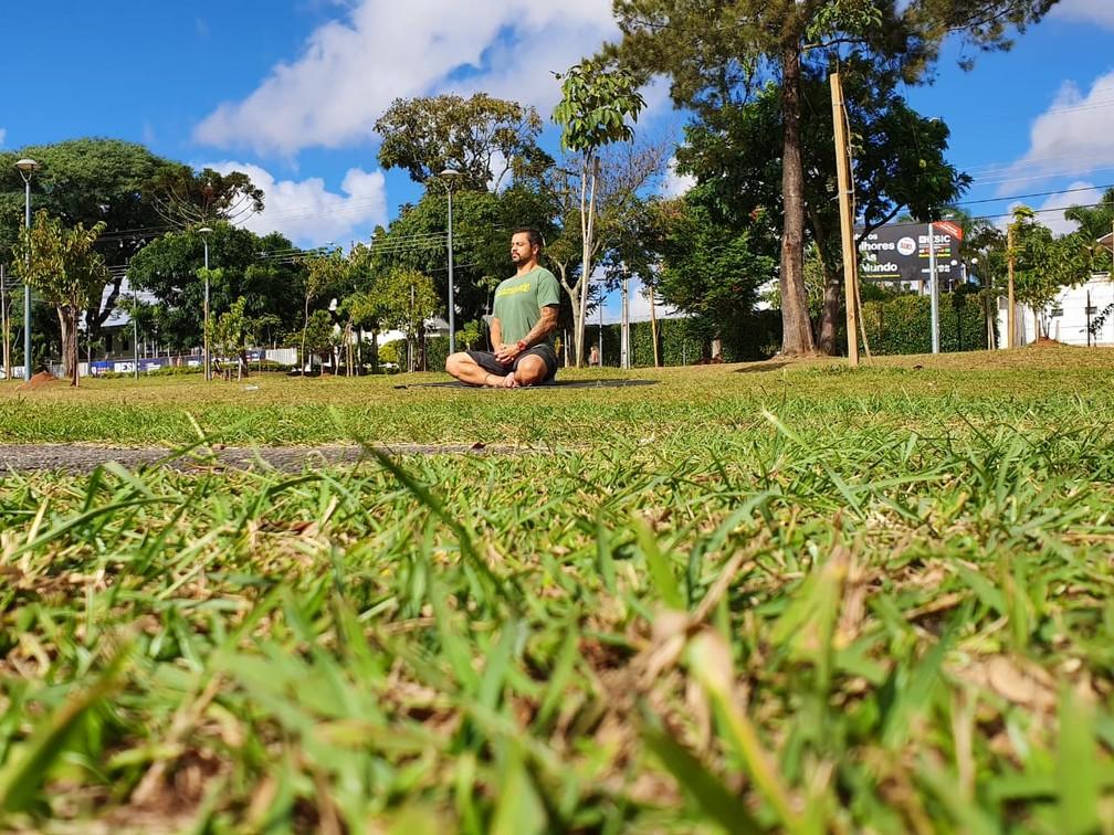 Professor Silvio Lopes explica como relaxar com o Yoga — Foto: Amanda Menezes/RPC