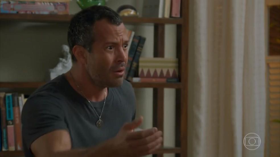 Apolo (Malvino Salvador) fica transtornado ao se ver no vídeo - 'Haja Coração' — Foto: Globo