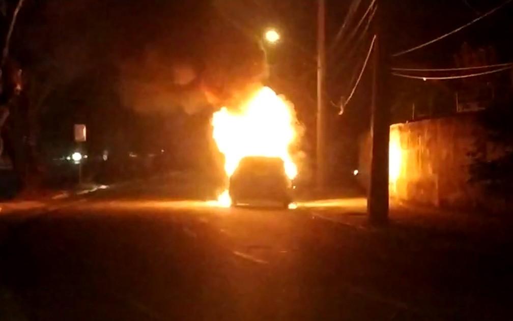 Chamas altas foram vistas durante incêndio que atingiu carro no bairro do Arruda, na Zona Norte do Recife, na noite da quarta-feira (22) — Foto: Reprodução/WhatsApp
