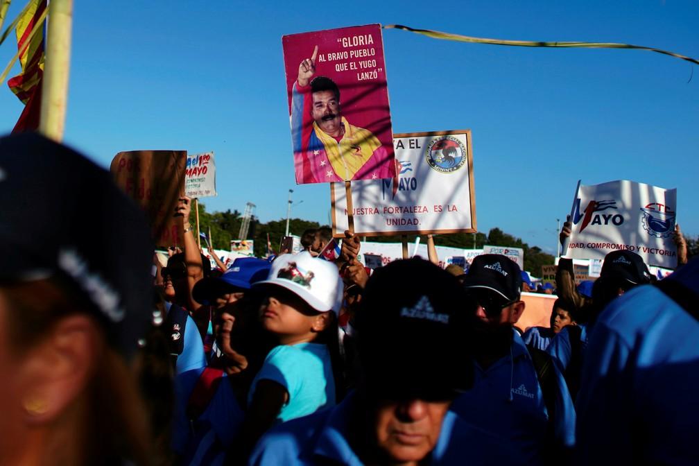 Manifestação do 1º de Maio em Havana, capital de Cuba, reuniu apoiadores do regime de Nicolás Maduro na Venezuela — Foto: Alexandre Meneghini/Reuters