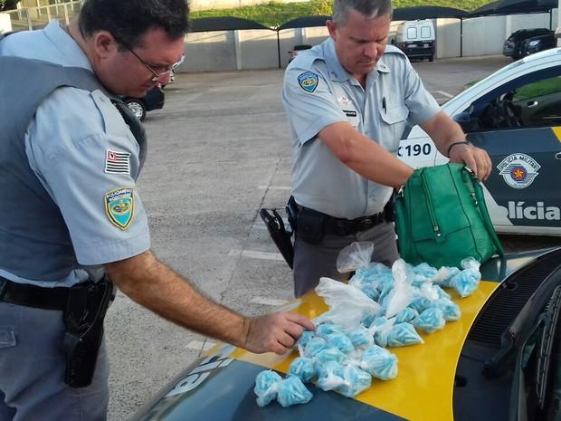 Droga estava na bolsa da mulher, de 21 anos  (Foto: Polícia Rodoviária / Divulgação)