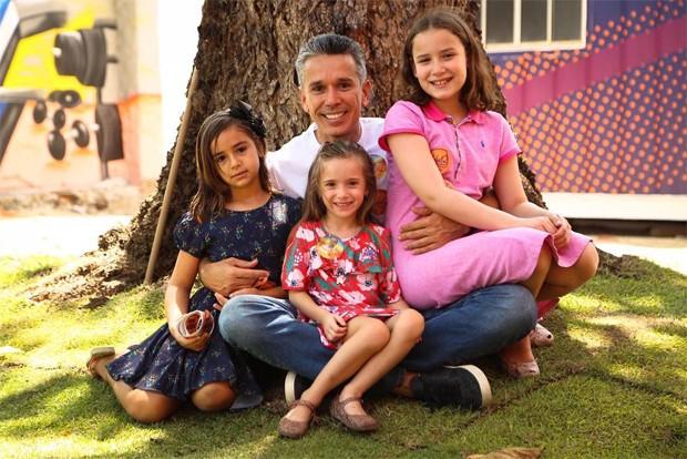 Felipe Carreras com as filhas (Foto: Reprodução/Instagram)