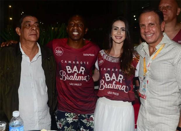 Foto que virou meme nas redes sociais traz Amaral e a mulher, Giselle, entre Zeca Pagodinho e João Dória (Foto: Eduardo Martins/AgNews)