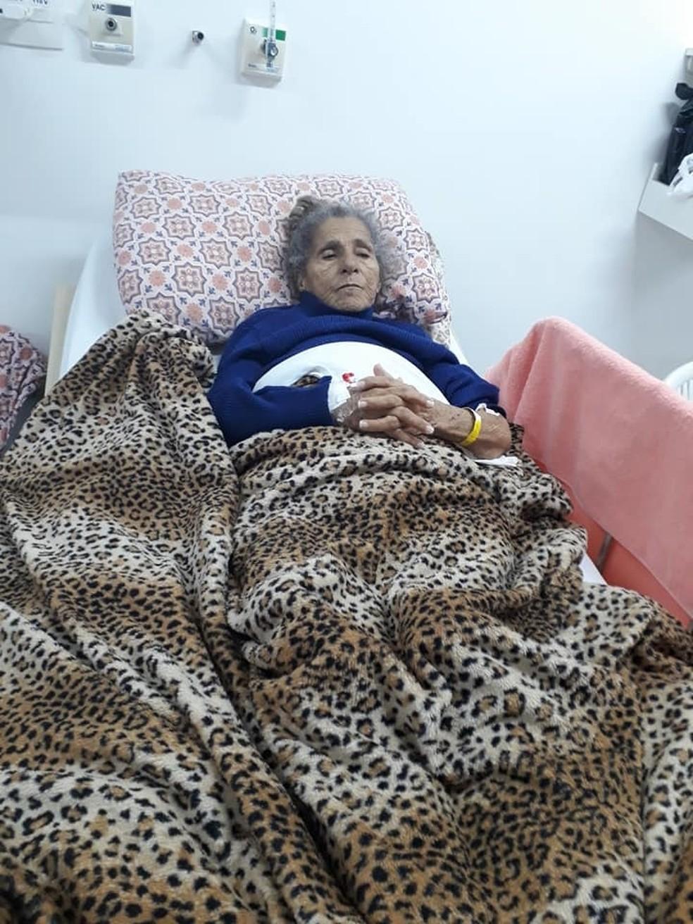 Idosa recebeu alta com bolsa de urina e desenvolveu infecção generalizada. — Foto: Arquivo pessoal/Mônica Cristina da Silva