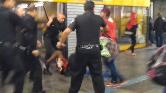 Seguranças do Metrô de SP agridem moradores de rua com cassetete na Sé; veja vídeo