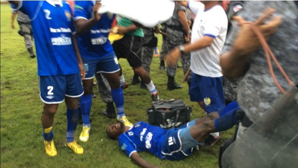 Situação mais lamentável foi a agressão que deixou Leonardo, do Nacional, desmaiado — Foto: Isabella Pina