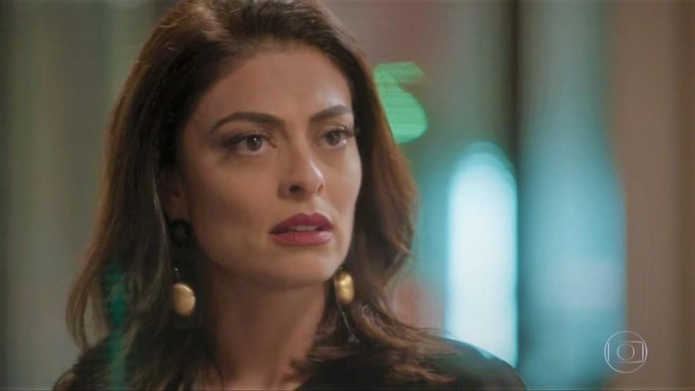 Carolina (Juliana Paes) fica chocada ao dar de cara com rival em 'Totalmente Demais' — Foto: TV Globo