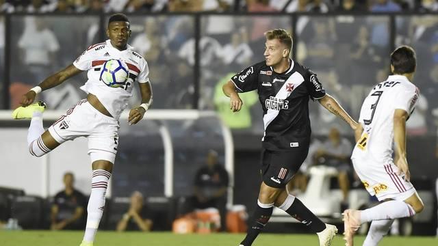Arboleda disputa lance com Maxi López