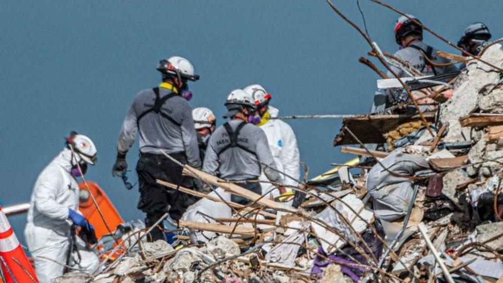 Enquanto operação de busca e resgate continua, causas do colapso do edifício Champlain Towers ainda não são conhecidas — Foto: Getty Images via BBC