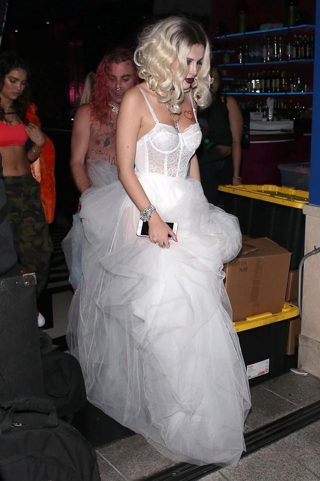 Bella Thorne usou fantasia de noiva cadáver  (Foto: Backgrid)