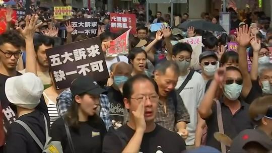Ativistas pró-democracia entram em confronto com grupo pró-China em Hong Kong