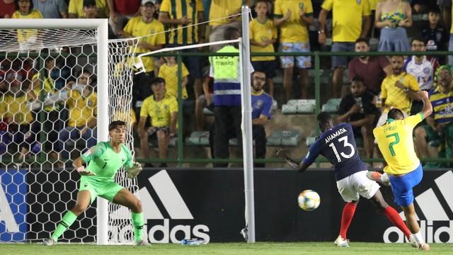 Veron chuta para empatar o jogo contra a França