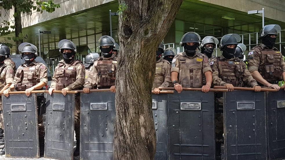 Policiais militares do Batalhão de Choque se posicionaram em frente ao Fórum Lafayette. — Foto: Flávia Cristini/G1
