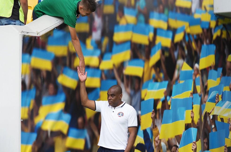 Gilmar cumprimenta fã do FC Lviv — Foto: Divulgação