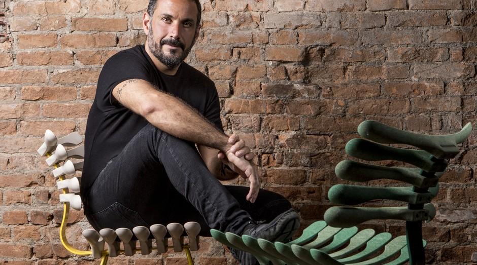 O designer Pedro Franco com sua emblemática Cadeira Esqueleto (Foto: Nina Jacobi e Lucas Fonseca)