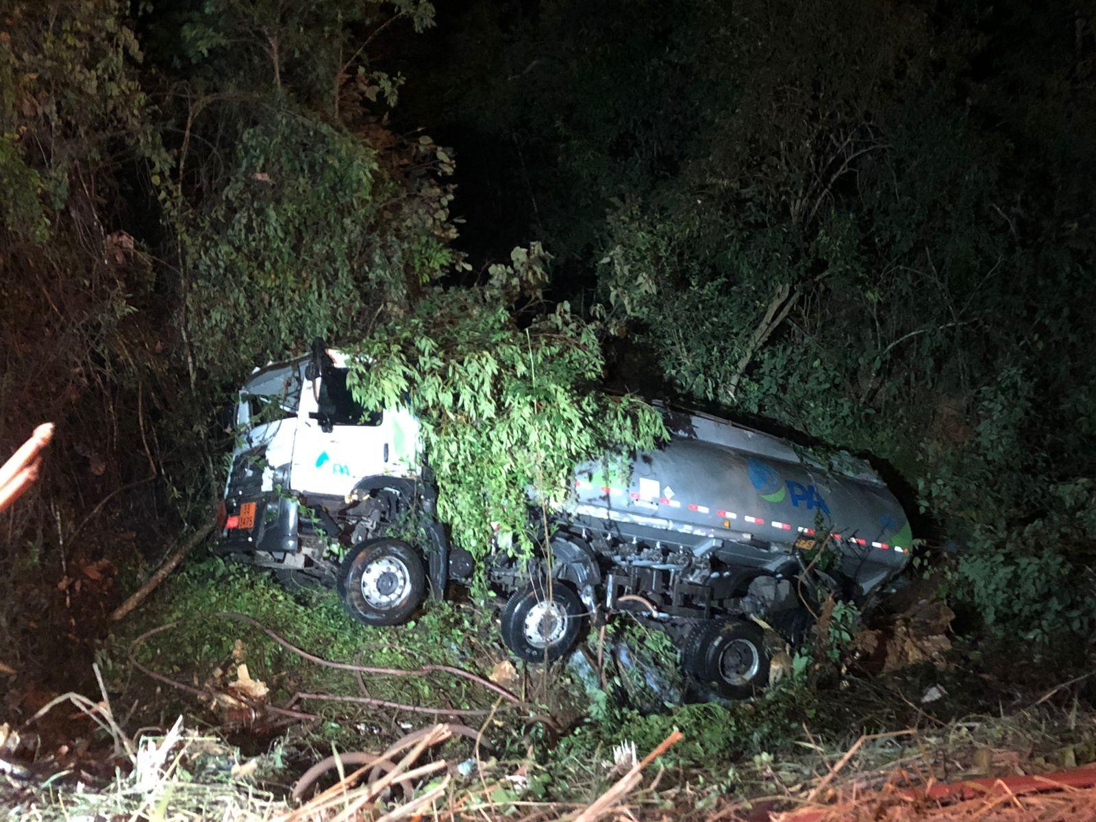 Motorista aponta falha mecânica, tomba caminhão-tanque e MG-030 fica interditada em Nova Lima
