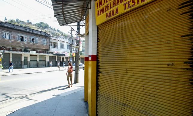 Comércio fechado por ordem do tráfico perto do Morro do Adeus, após morte de Uê
