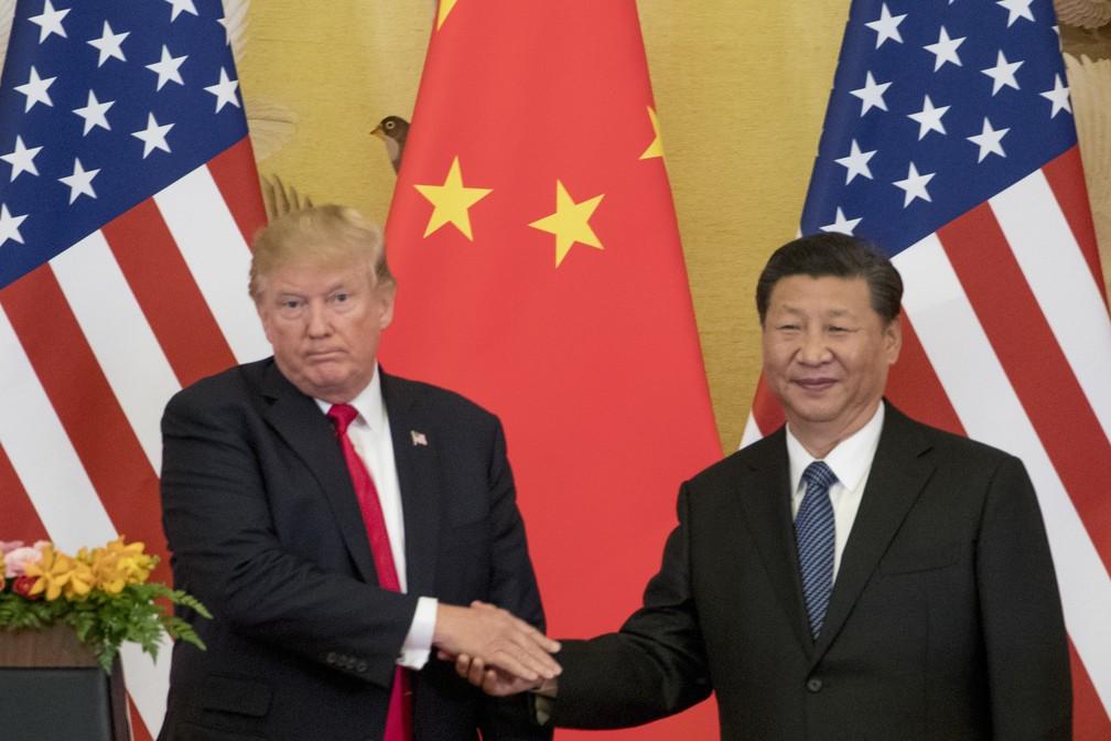 Donald Trump cumprimenta presidente da China Xi Jinping em imagem de novembro de 2017 — Foto: Andrew Harnik/AP