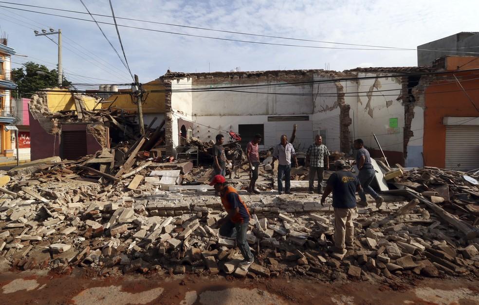 Pessoas são vistas em volta dos escombros de um edifício após terremoto, em Oaxaca, no México (Foto: Luis Alberto Cruz/AP)