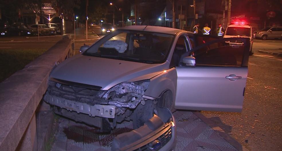 Acidente entre dois carros deixou seis feridos em Porto Alegre (Foto: Reprodução/RBS TV)