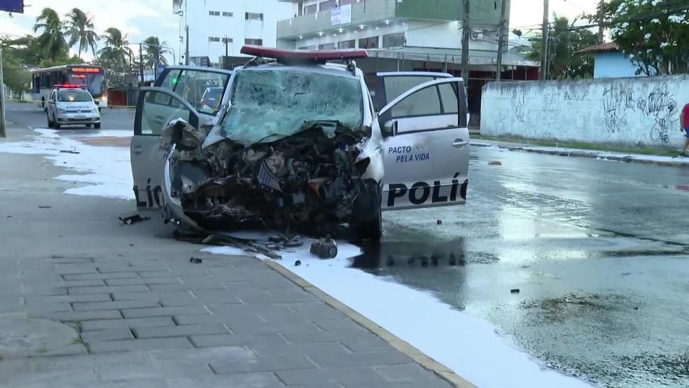 Parte dianteira do carro da Polícia ficou destrída em acidente registrado na madrugada desta quarta-feira (13) — Foto: Reprodução/TV Globo