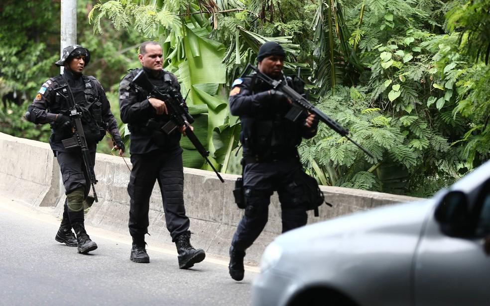 Policiais patrulham a região da Cidade de Deus, no Rio, após mais um tiroteio nesta quinta-feira (1º) (Foto: Fábio Motta/Estadão Conteúdo)