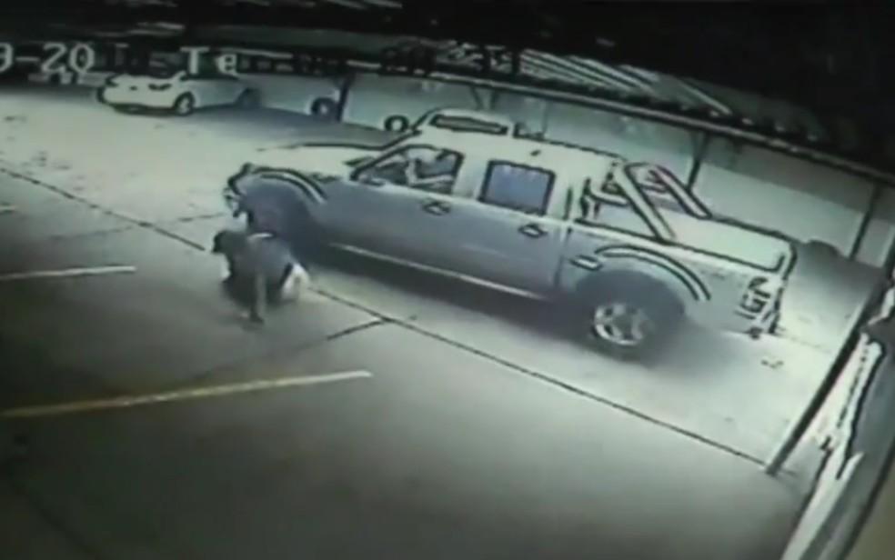 Imagens mostram momento em que homem é atingido por carro, em Goiânia — Foto: Reprodução/TV Anhanguera