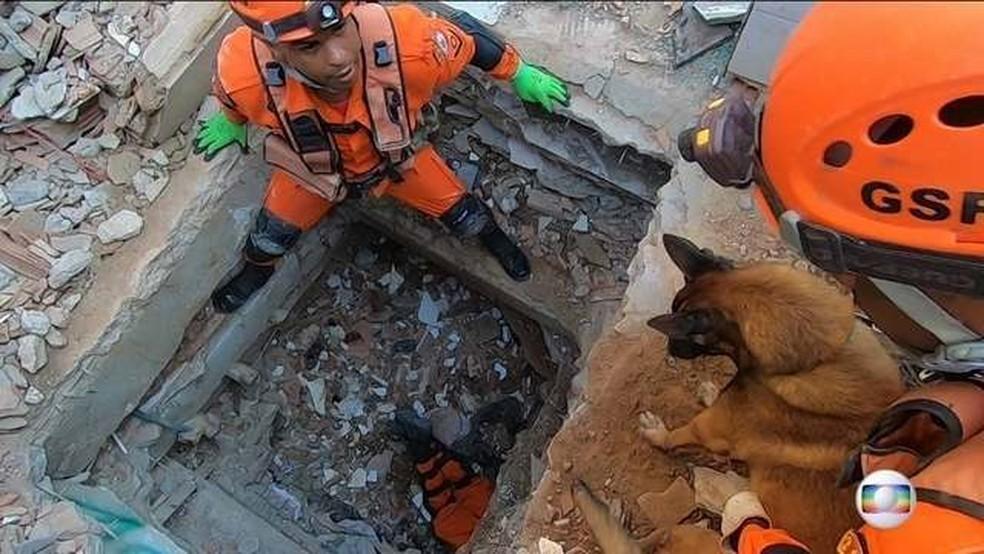 Buscas nos escombros dos prédios que desabaram na Muzema completam cinco dias — Foto: Reprodução/JN