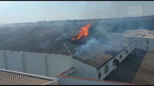 Incêndio atinge prédio do antigo cinema Alvorada em Leme, SP; veja o vídeo