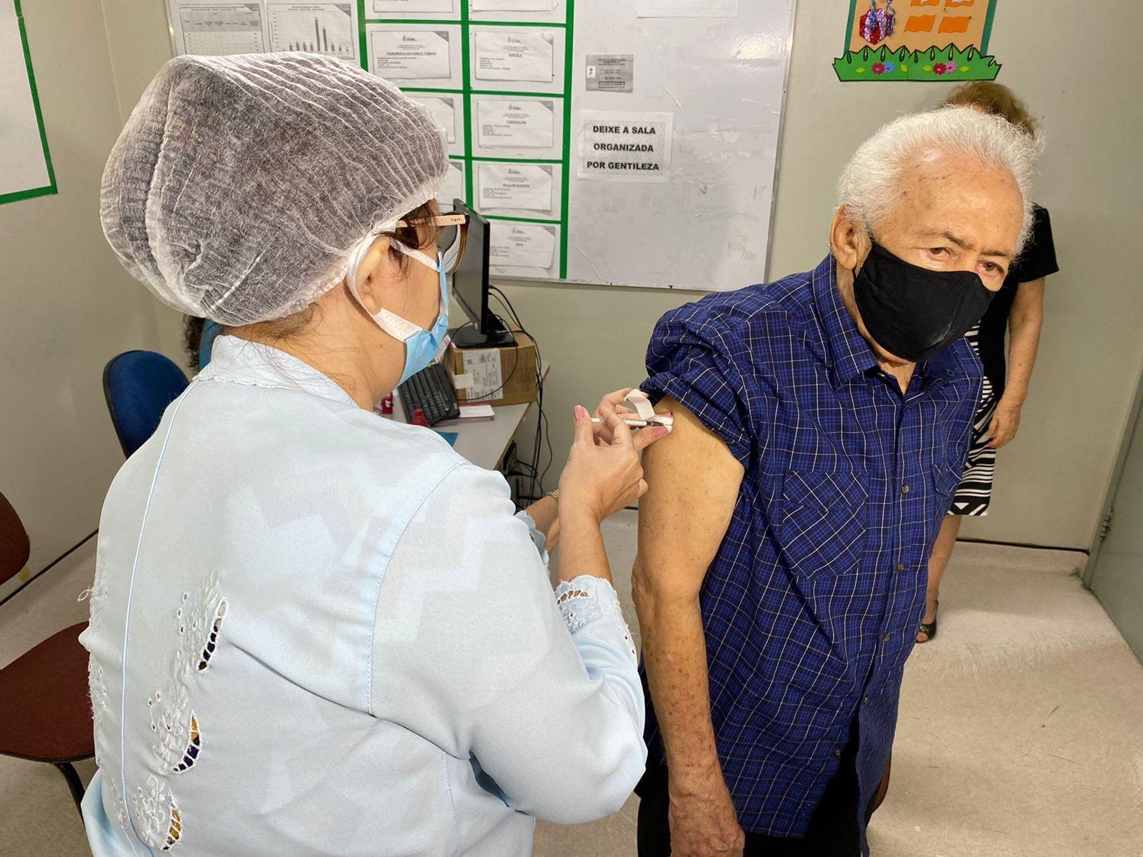'Sensação de maior segurança', diz idosa no 1º dia de aplicação da dose de reforço contra Covid-19 nos postos de Fortaleza