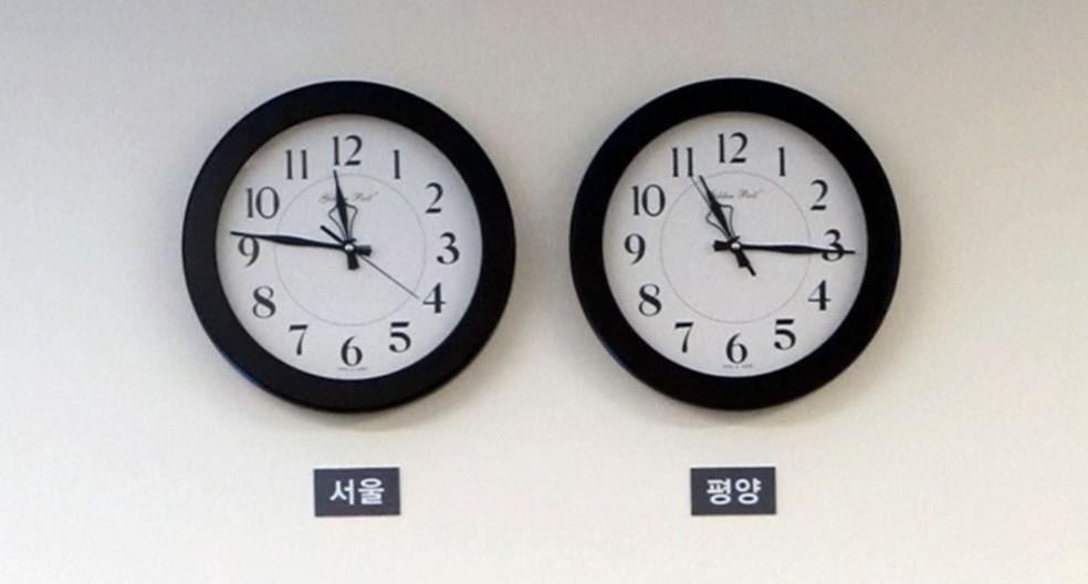 Relógios na zona desmilitarizada entre as duas Coreias mostram, antes da mudança de fuso do norte, o horário em Seul, à esquerda, e em Pyongyang, à direita. (Foto: Reuters)
