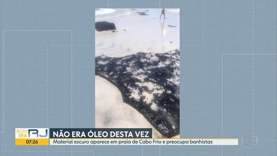 Banhistas confundem rochas escuras com manchas de óleo na Praia do Forte, em Cabo Frio, no RJ
