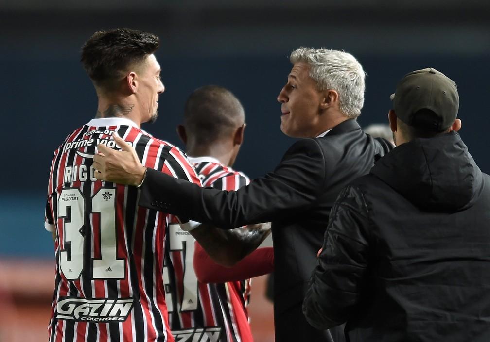 Rigoni e Crespo na vitória do São Paulo sobre o Racing — Foto: Reuters
