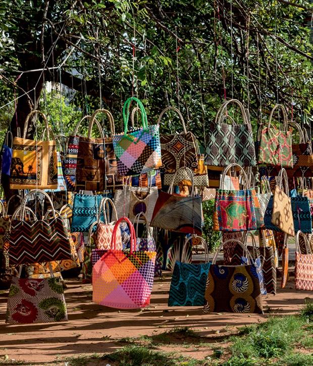 Tecidos, bolsas e capulanas à venda na feira de artesanato de Maputo.  (Foto: Art+Commerce, Francesco Tomasinelli/AGF/UIG/Getty Images, Danita Delimont/Getty Images, Derejeb/Thinkstock, Latitudestock - Grazyna Bonati/Getty Images e Divulgação)