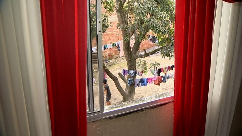 Janela de onde bebê de dois meses caiu, no bairro Piranema, em Cariacica (Foto: Ari Melo/TV Gazeta)