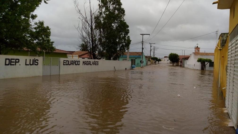 Água tomou parte da cidade após forte chuva em João Sá — Foto: Josival Santos/ Arquivo Pessoal