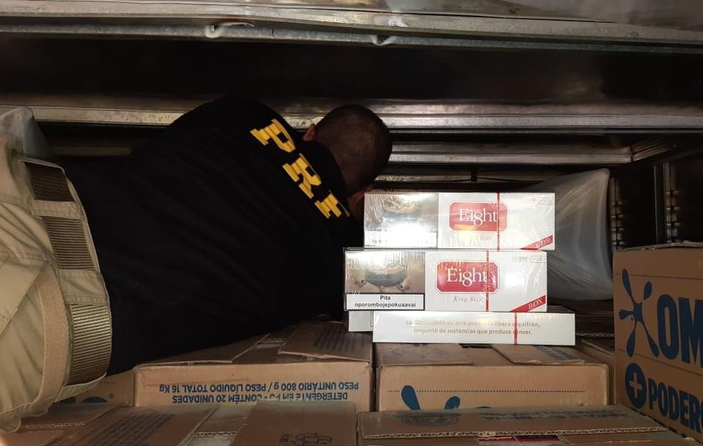 Policiais encontraram caixas de cigarros escondidas em uma carga de sabão em pó — Foto: Polícia Rodoviária Federal/ Divulgação