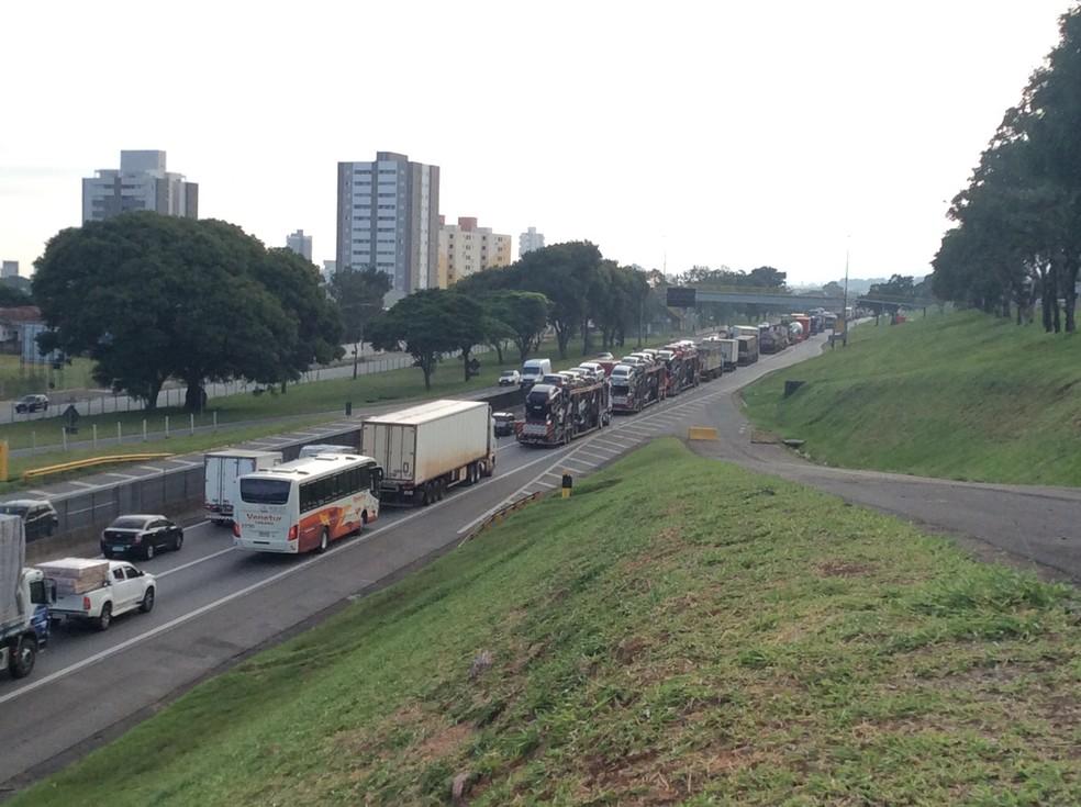 Concessionária que administra a rodovia registrou dois quilômetros de congestionamento na pista sentido Rio de Janeiro, onde aconteceu o acidente. (Foto: Bruno Pellegrine/TV Vanguarda)