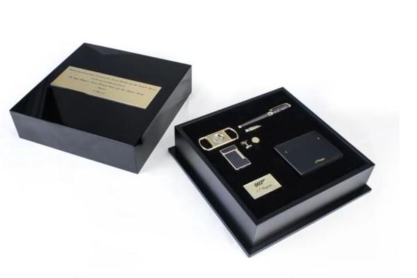 A caixa com itens utilizados pelo espião 007 dada de presente à atriz Meghan Markle e ao Príncipe Harry (Foto: Reprodução)