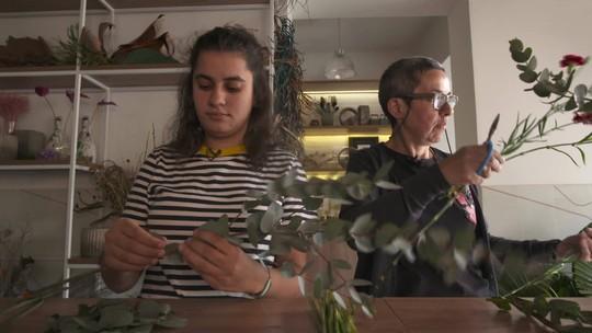 Mãe e filha vendem arranjos para ajudar refugiados