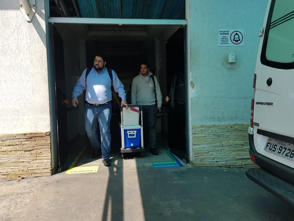Equipes médicas transportam pulmão de jovem morto após atropelamento em Franca, SP — Foto: Stella Reis/EPTV
