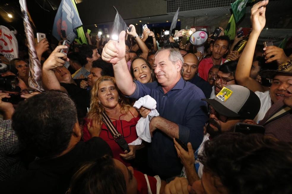 Ciro Gomes foi recebido por apoiadores no aeroporto de Fortaleza — Foto: JL Rosa/Diário do Nordeste